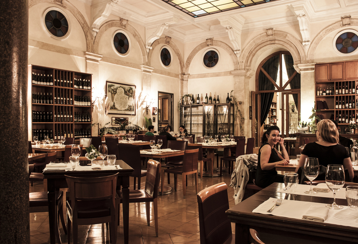 Gourmet dinner with wine pairing and aperitif in a private cellar